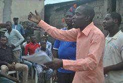 Moshood addressing a mass meeting on police brutality in  Ajegunle - photo DSM
